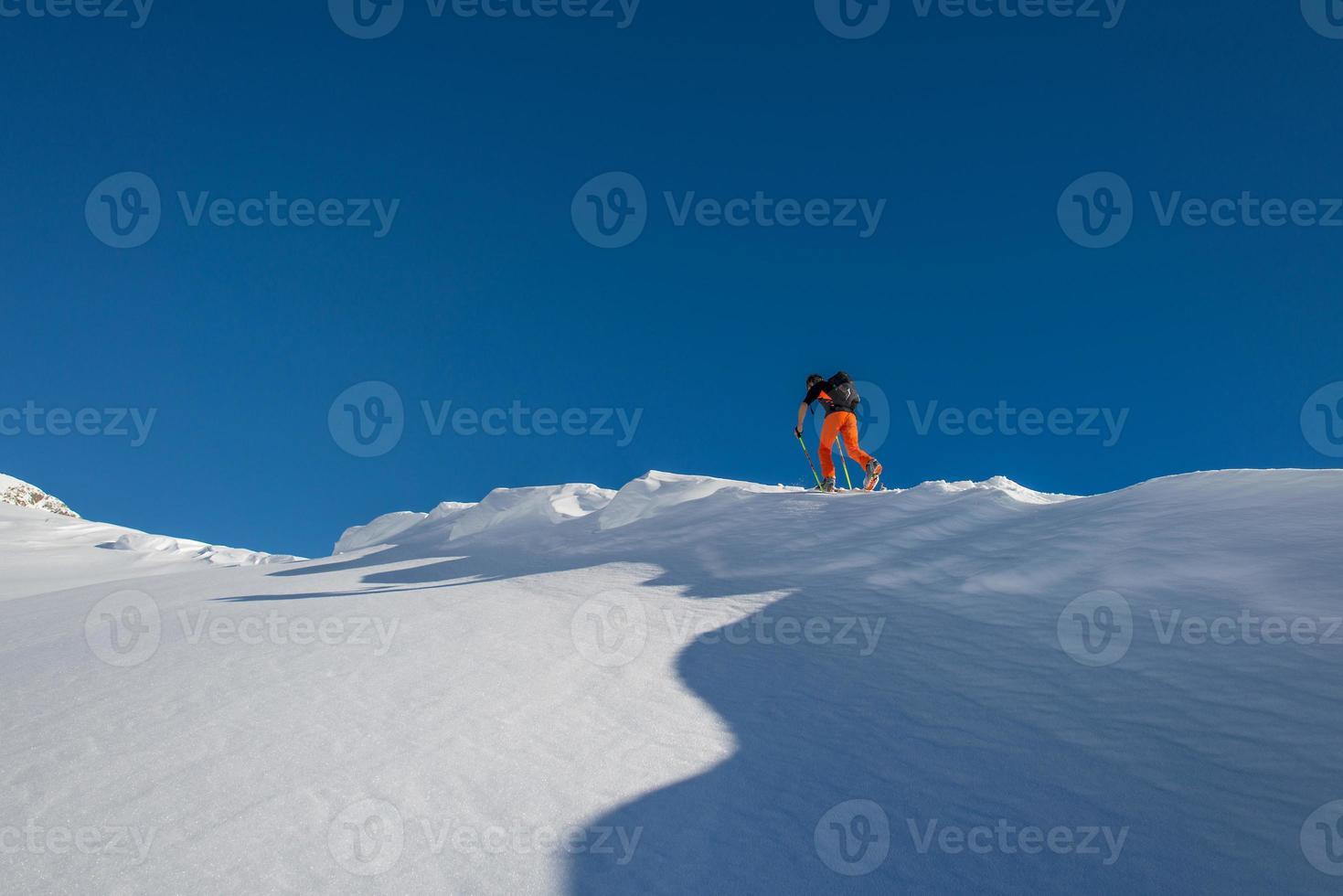 Esquí de travesía cuesta arriba en los Alpes italianos foto