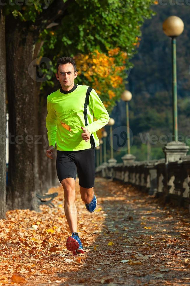 atleta, hombre, corre, en, entrenamiento, en, el, otoño foto