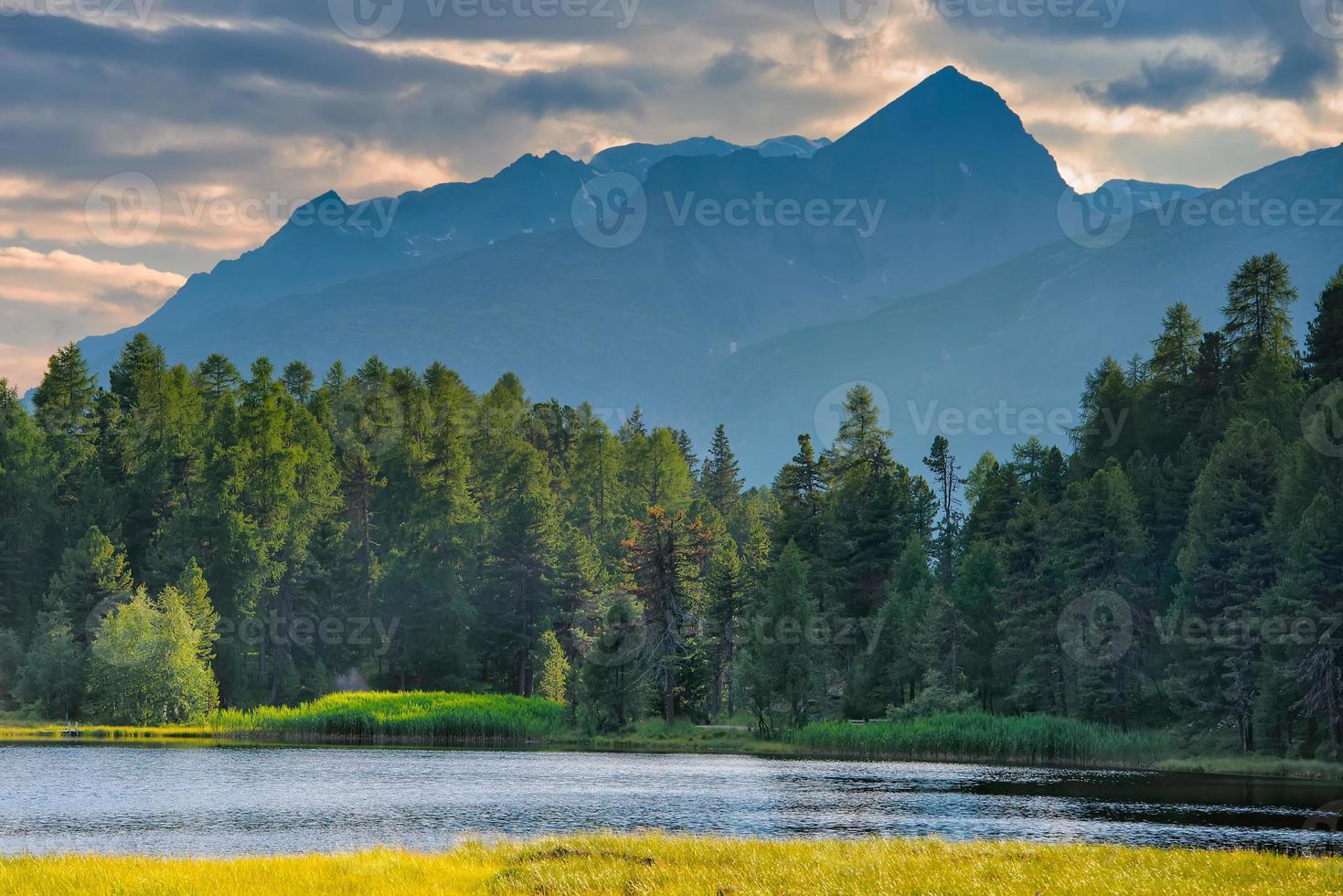 montaña como en los alpes suizos foto
