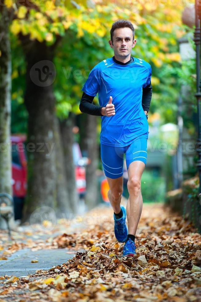 corredor de fondo de alto nivel durante una sesión de entrenamiento de otoño foto