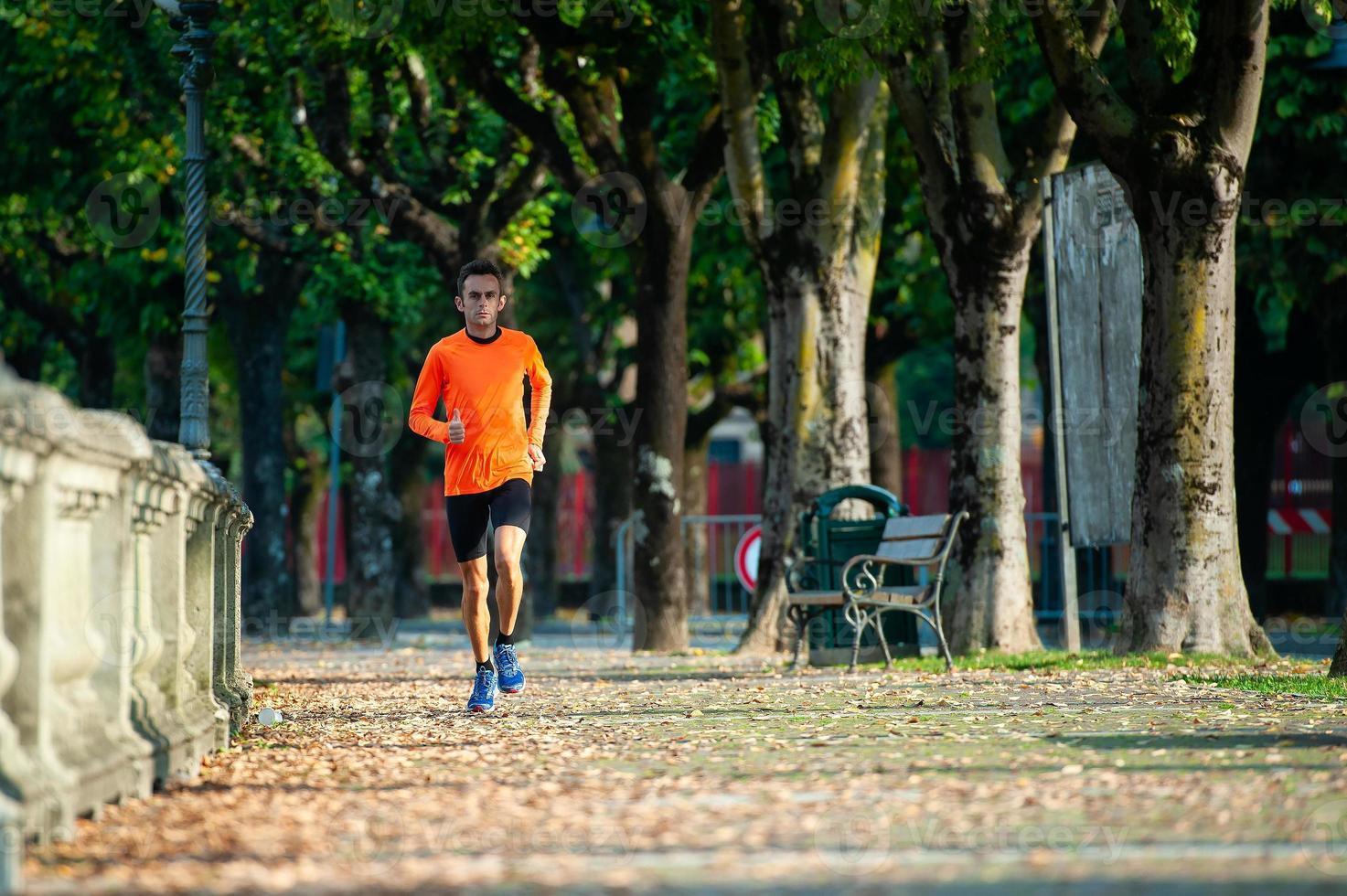 carrera de un atleta de mediana edad en entrenamiento foto