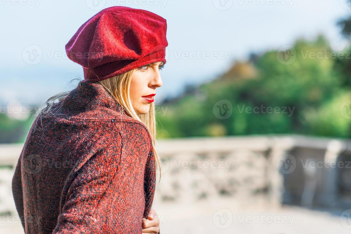 chica con pintalabios vestida de burdeos foto