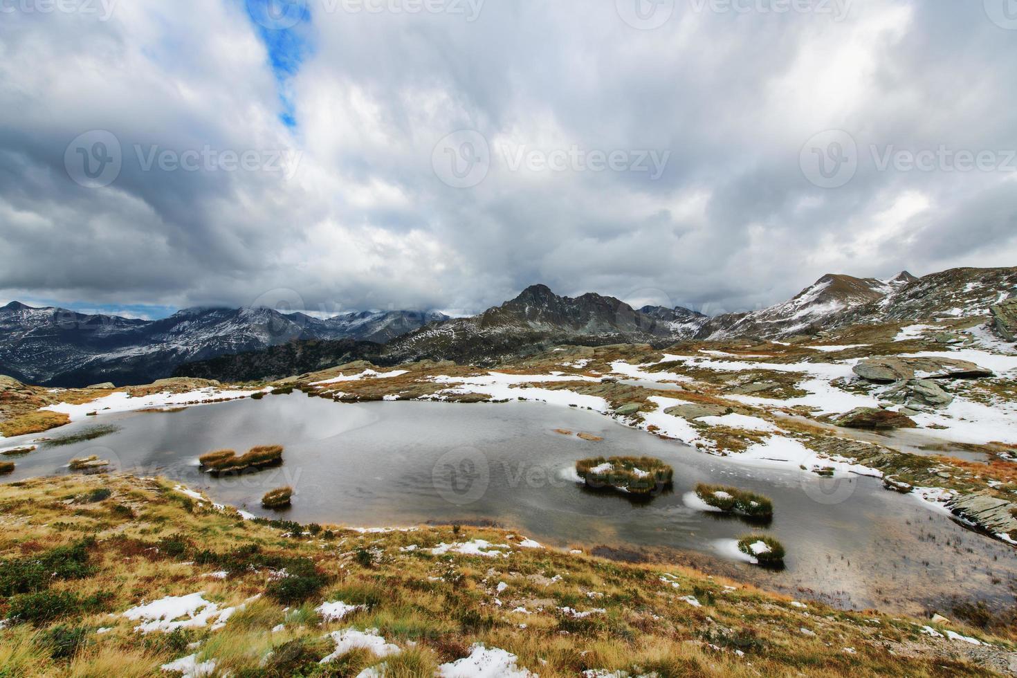primer frío de otoño en el lago alpino foto