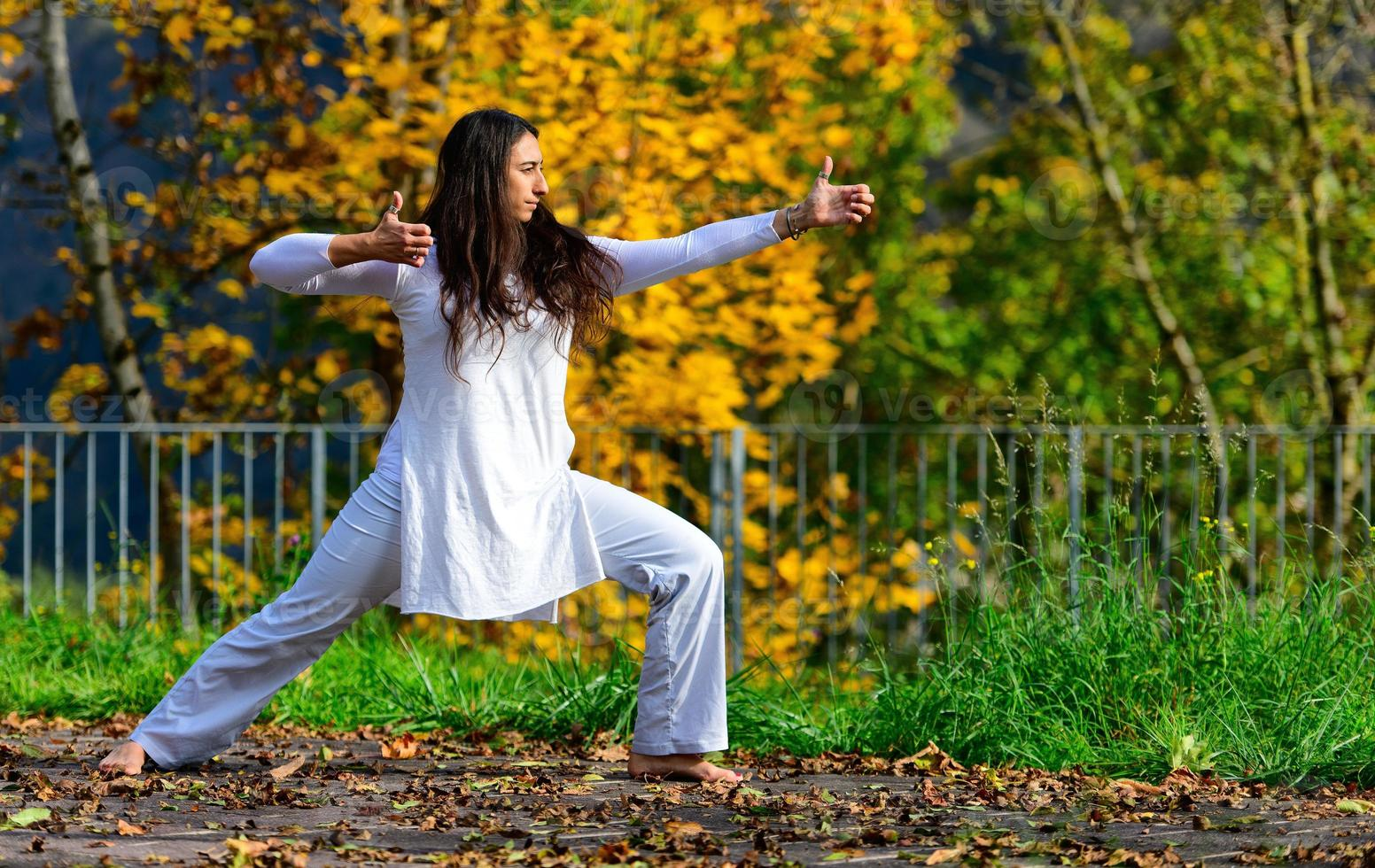 posiciones de brazos y manos de yoga practicadas en el parque foto