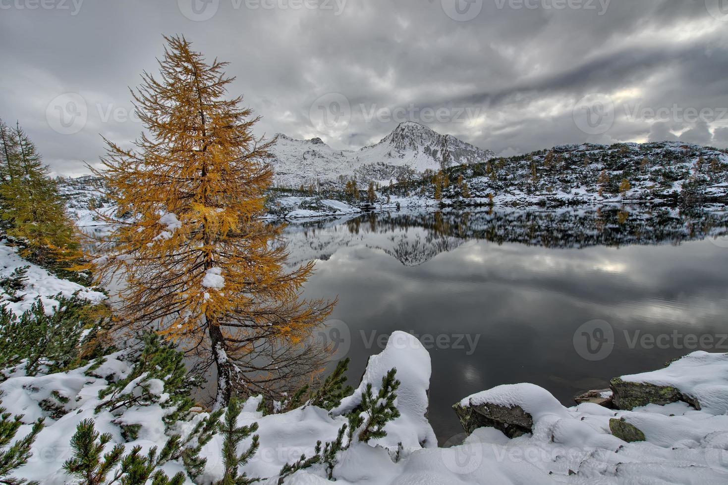 lago de montaña al atardecer foto
