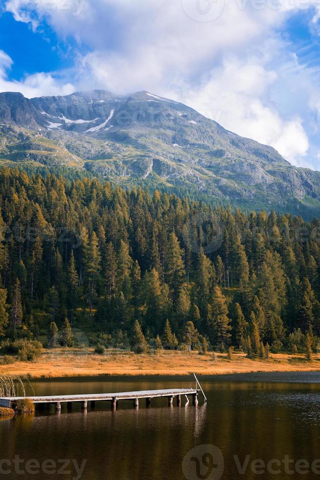 muelle en el lago alpino foto