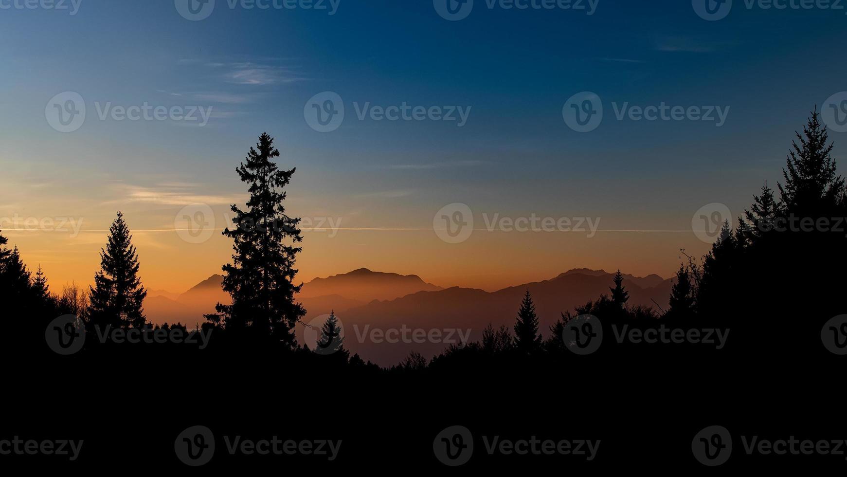 color rojo justo después del atardecer en las montañas foto