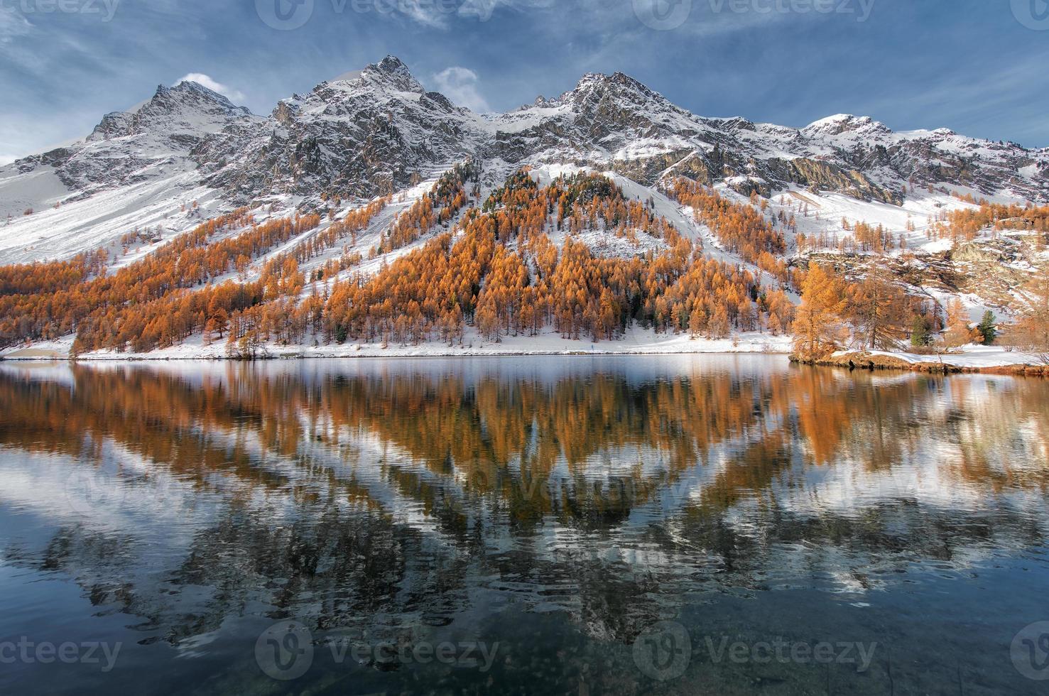 Valle de la Engadina en Suiza. reflejo de otoño en el lago foto