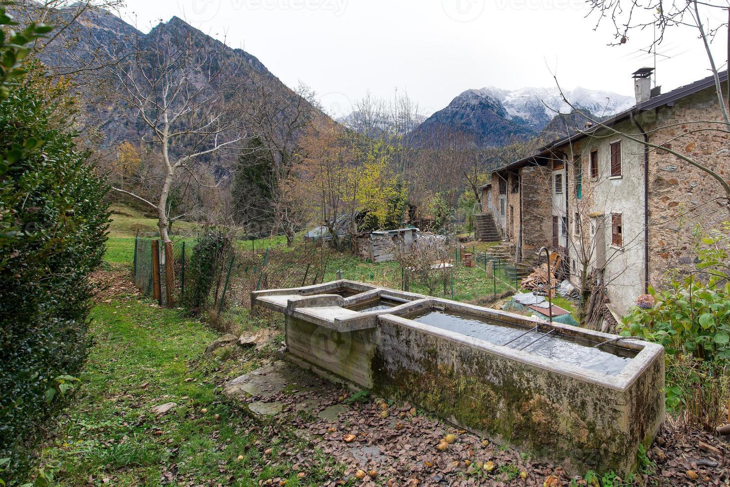 Fuentes antiguas en un pueblo de los Alpes italianos foto