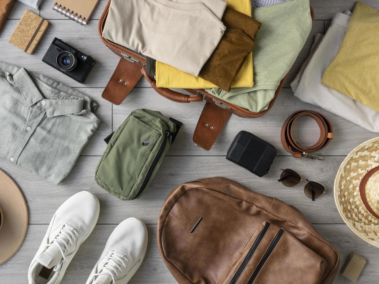 la composición ropa accesorios maleta foto
