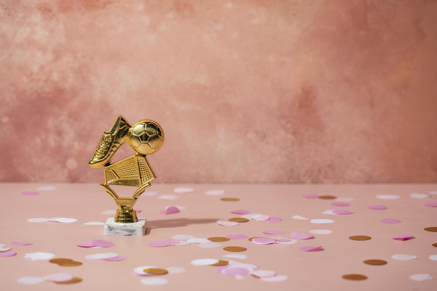 concepto ganador con gente dorada foto