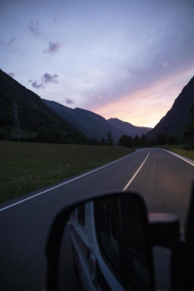 viajar en coche al concepto del amanecer foto