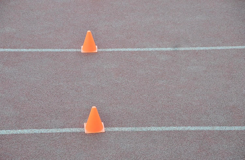 Taladro de cono en el campo de atletismo. foto