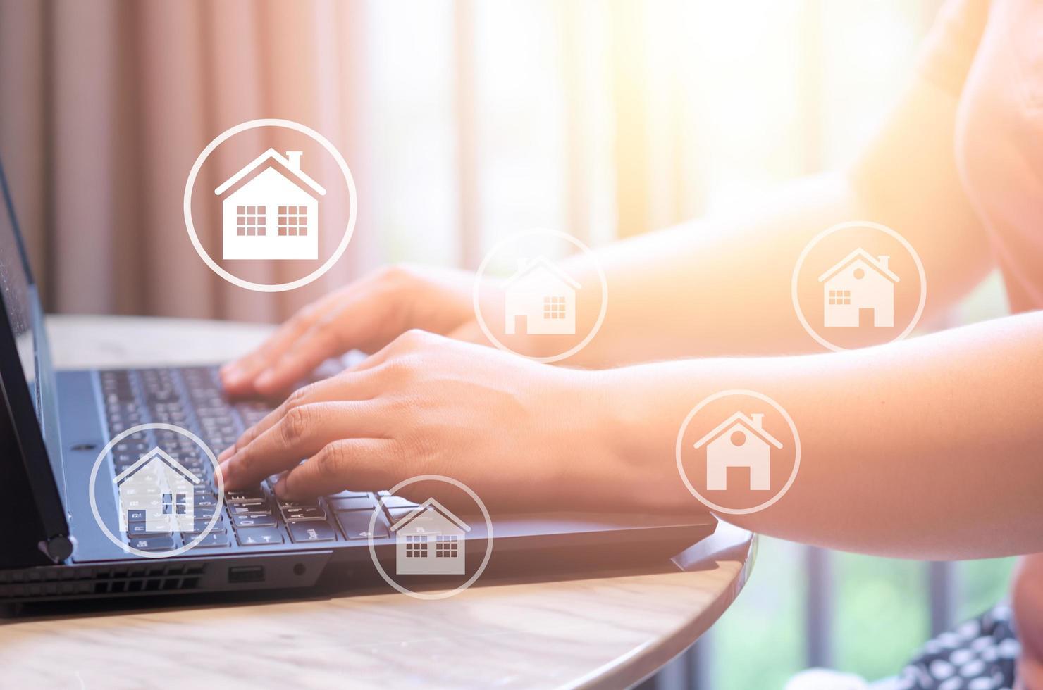 comprar, vender propiedades inmobiliarias manos escribiendo laptop foto