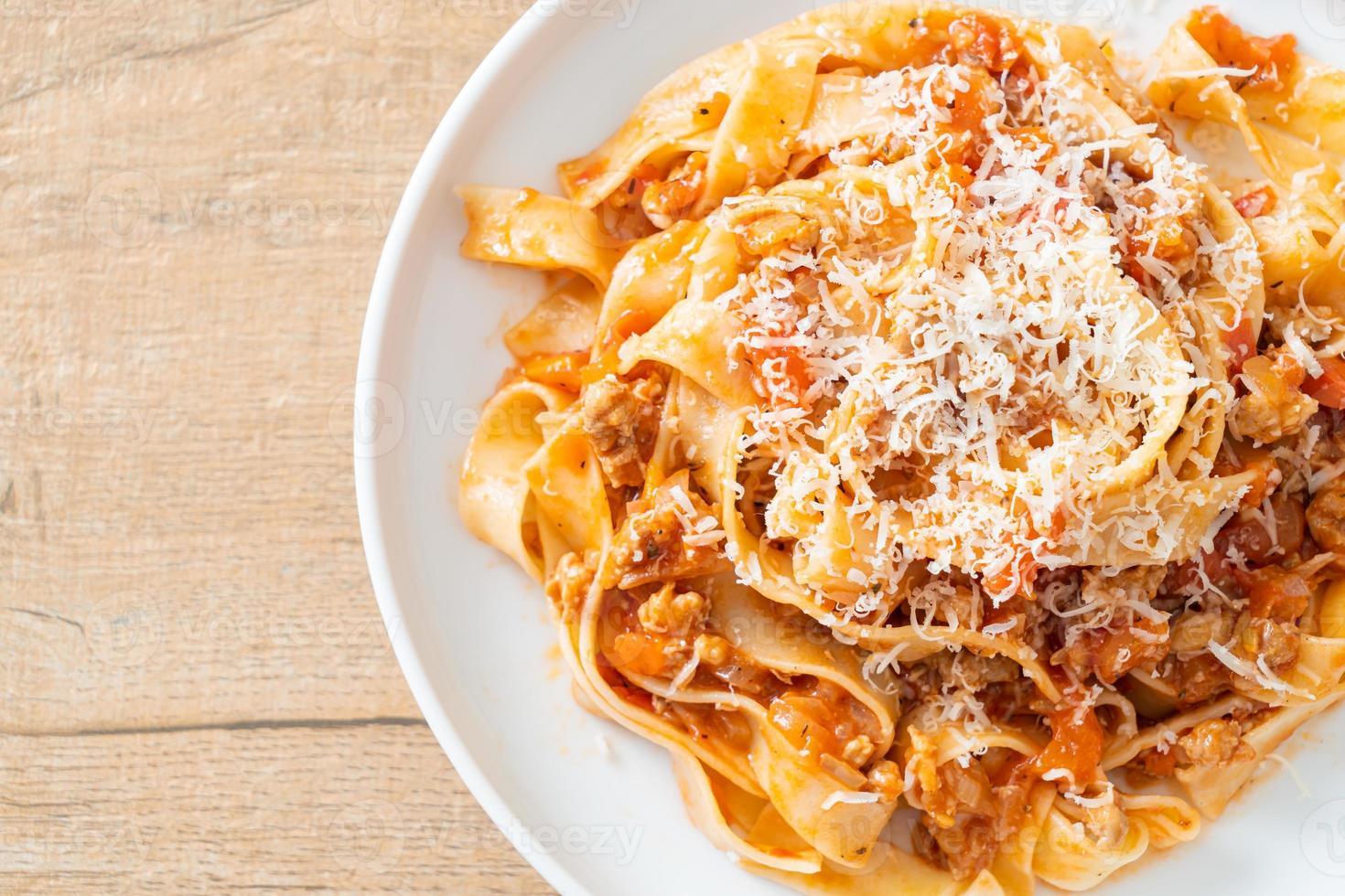 Fettuccine de pasta casera a la boloñesa con queso foto