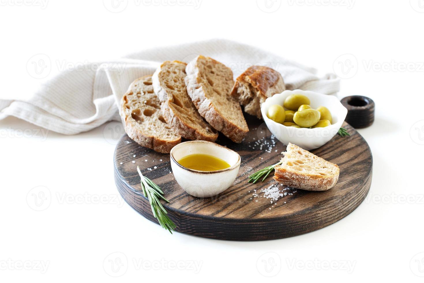 pan de molde, aceitunas y aceite de oliva foto