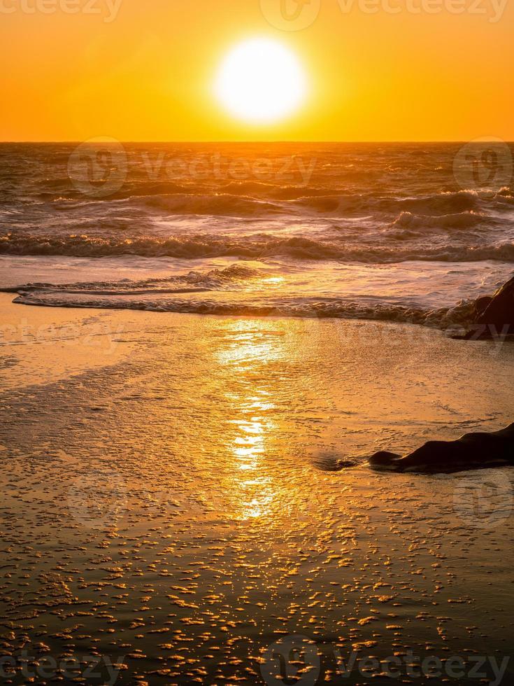 escena natural de onda que fluye en la playa de panadero. foto