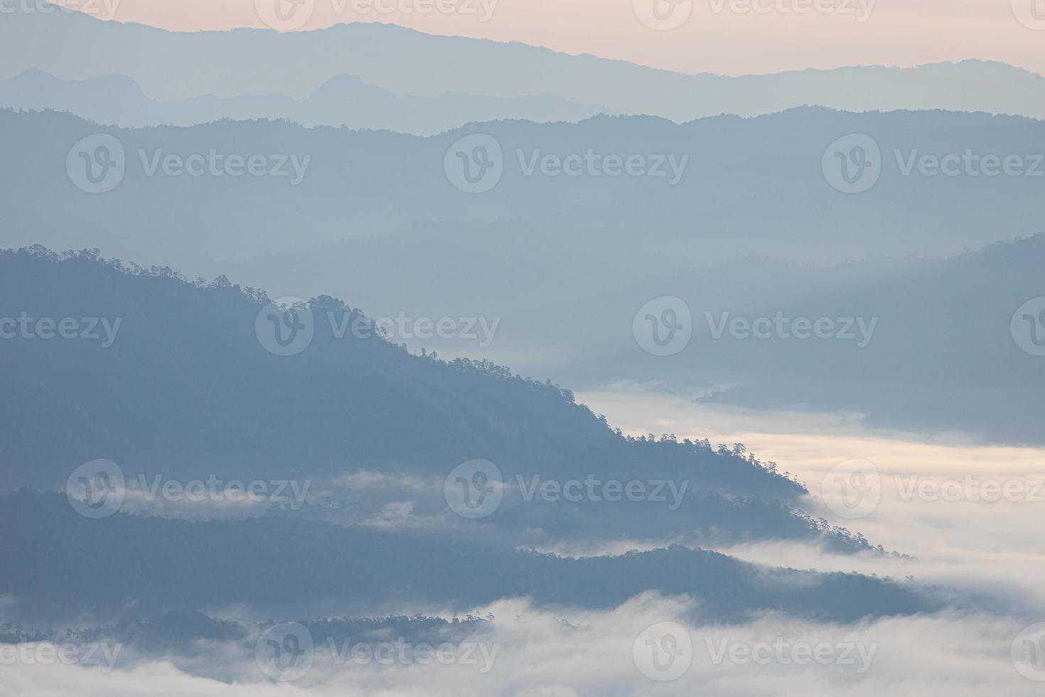 vista aérea sobre la cordillera cubierta por nubes. foto