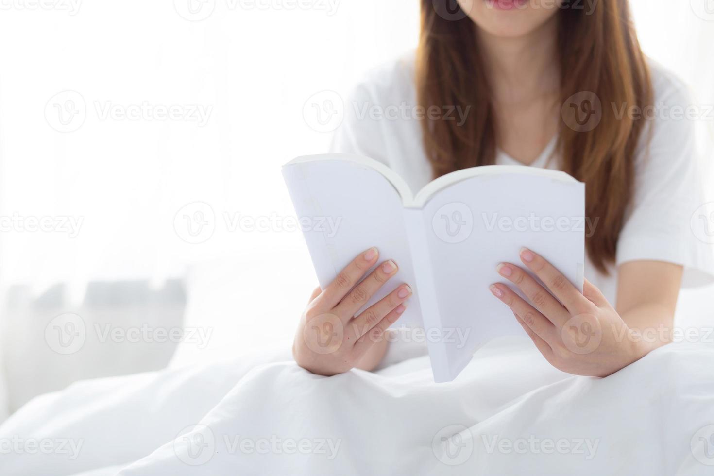 hermoso de retrato joven mujer asiática relajarse sentado leyendo un libro en el dormitorio en casa, la literatura de estudio de la niña, la educación y el concepto de estilo de vida. foto