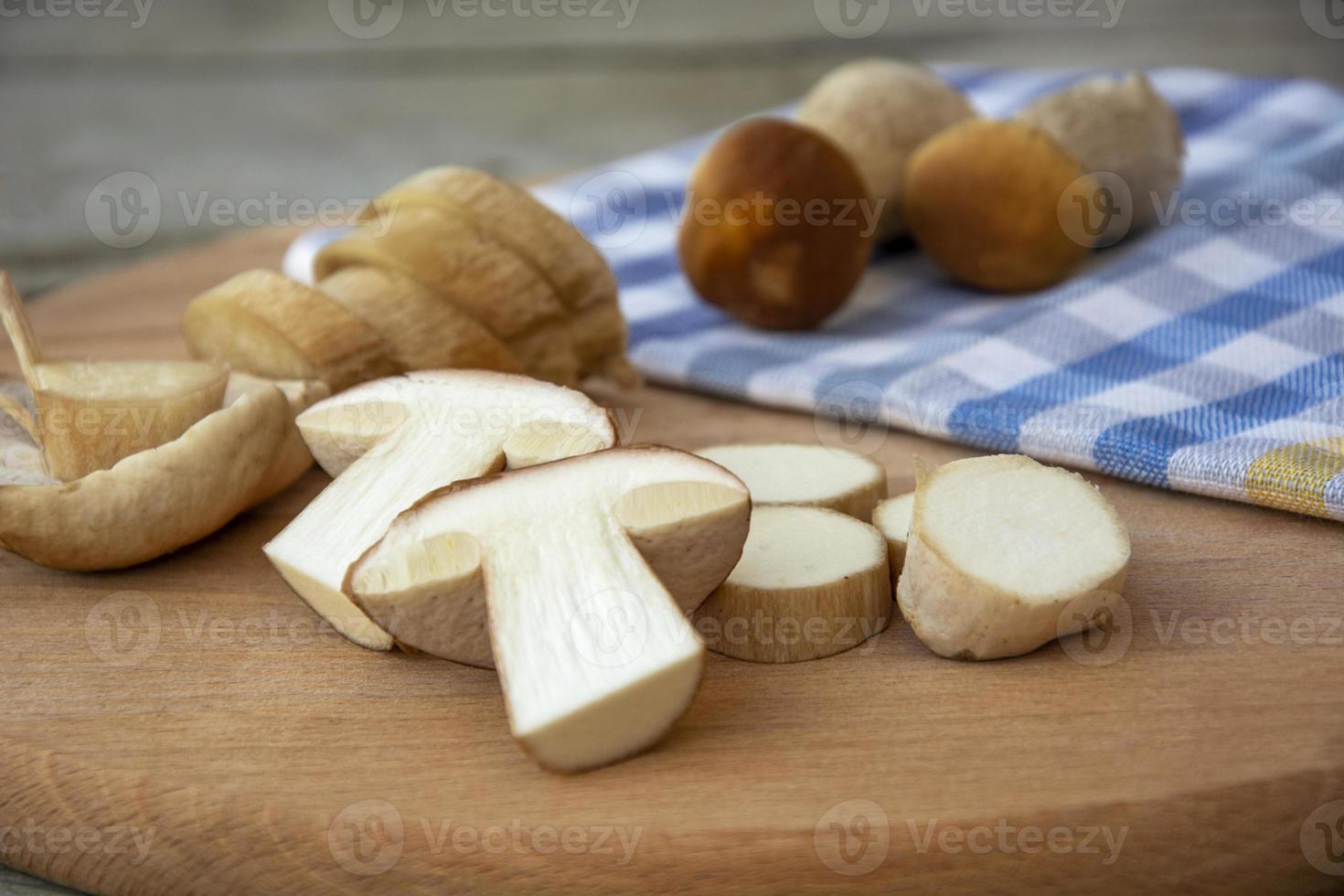 champiñones porcini en rodajas sobre una tabla de cortar. hongos comestibles foto