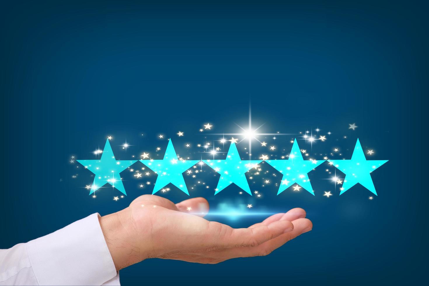 sosteniendo las estrellas para completar cinco estrellas, calificación de estrellas foto