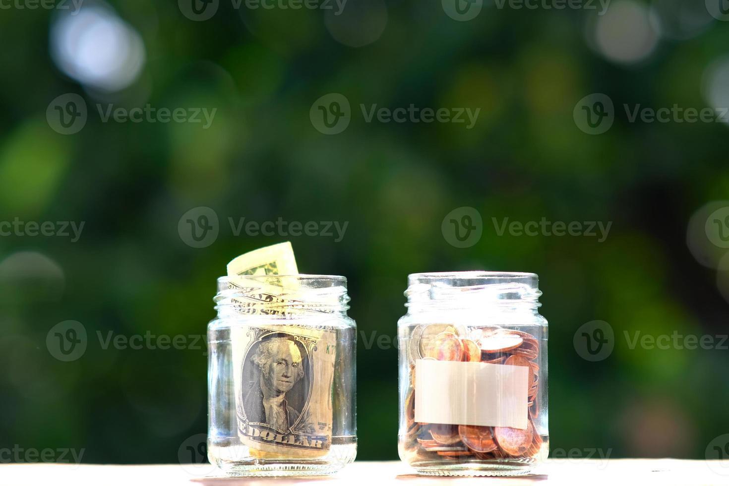 monedas en el fondo de la mesa y ahorrar dinero foto
