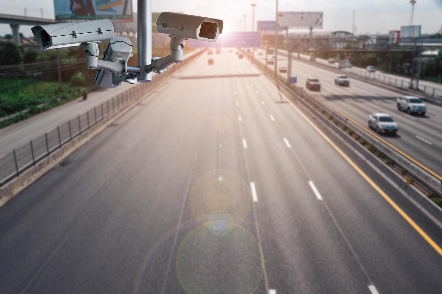 Cámaras de circuito cerrado de televisión en el paso elevado para grabar en las carreteras. foto