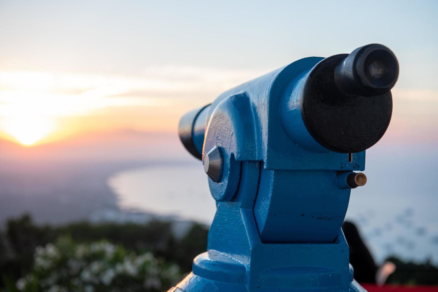telescopio en dirección al paisaje de formentera foto