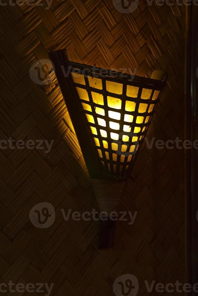 lámpara con pantalla de ratán foto