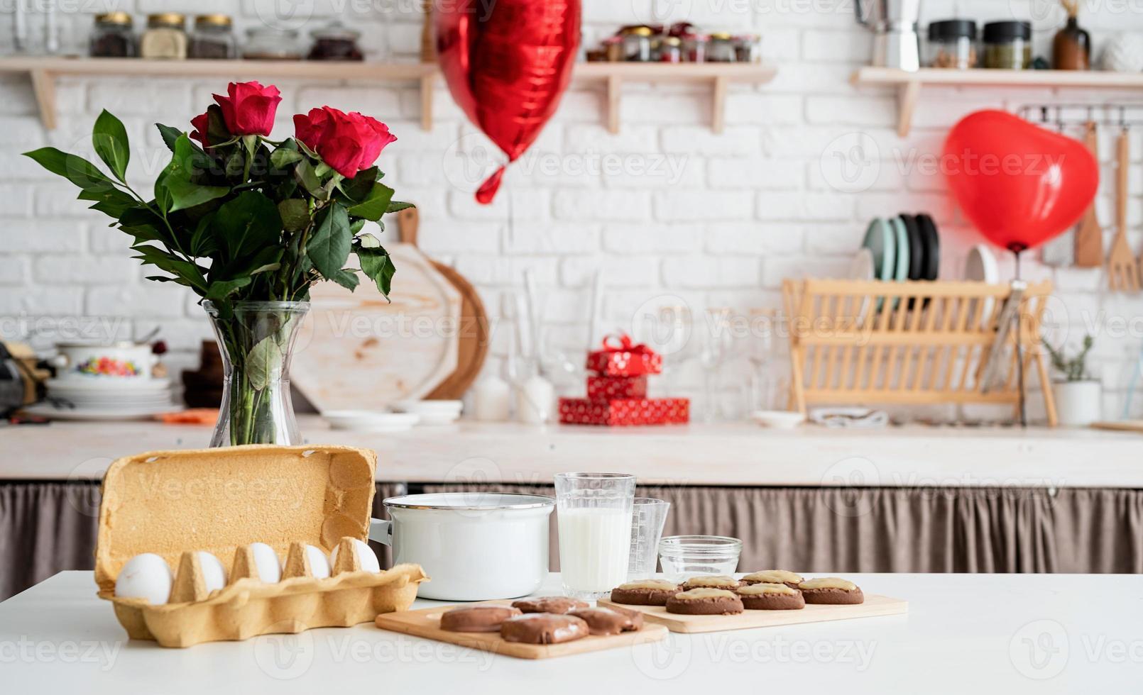 Cocina casera con ingredientes para hornear sobre la mesa y decoraciones. foto