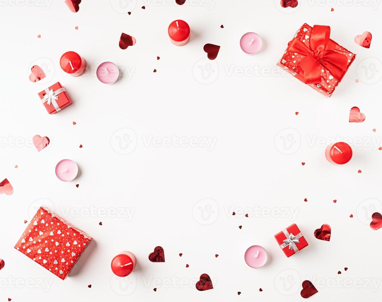 Fondo del día de San Valentín con velas, regalos, corazones y confeti. foto