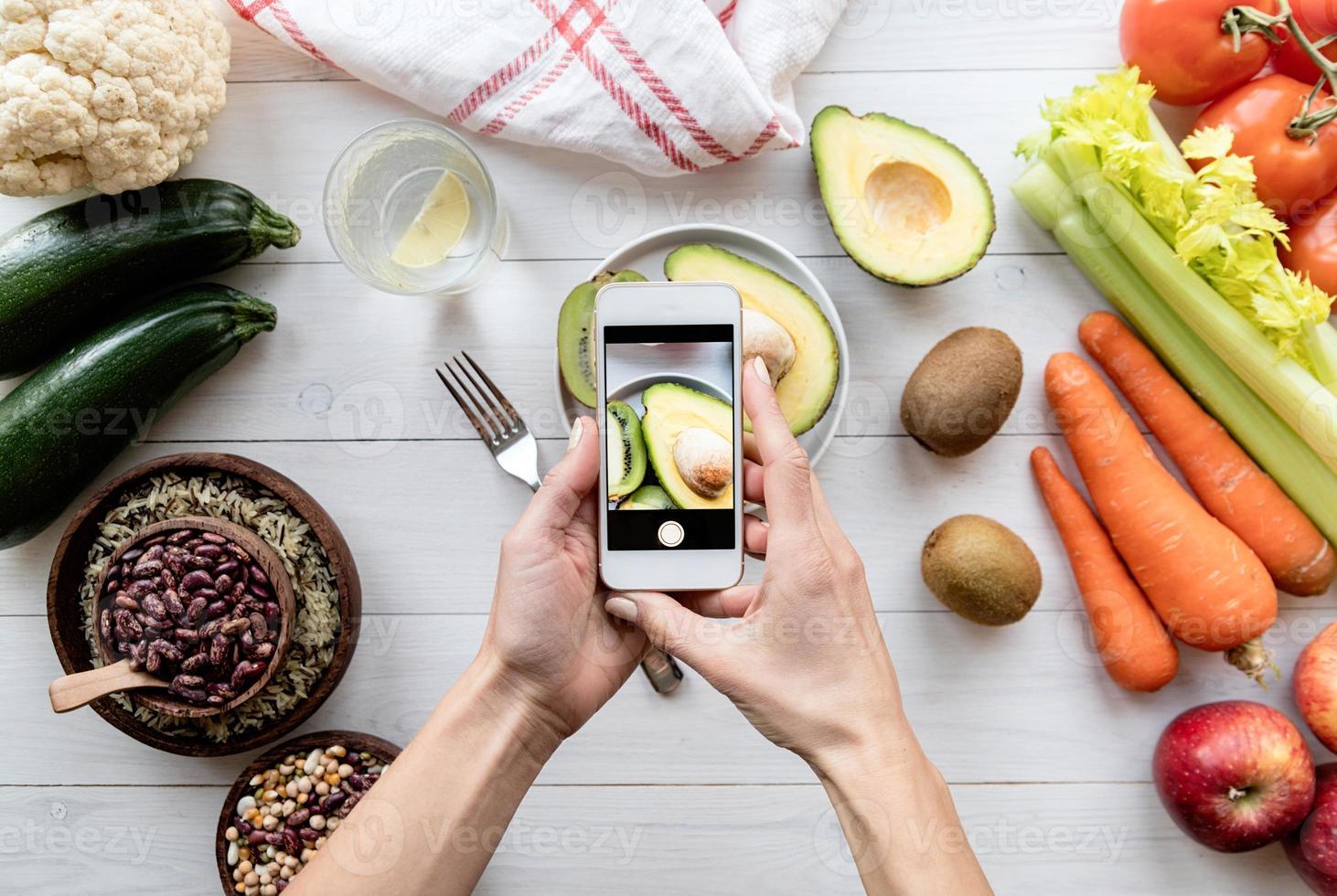 manos femeninas tomando una foto de comida sana vista superior laicos
