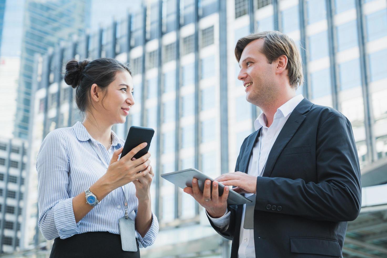 retrato, de, hombre de negocios, y, mujer, utilizar, tableta, y, smartphone foto