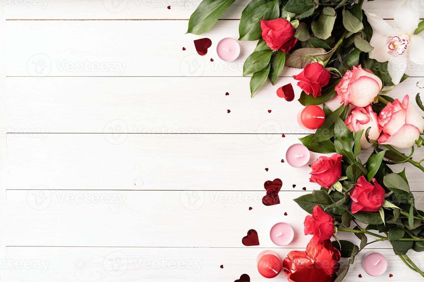rosas rojas y decoraciones para el día de san valentín, vista superior foto