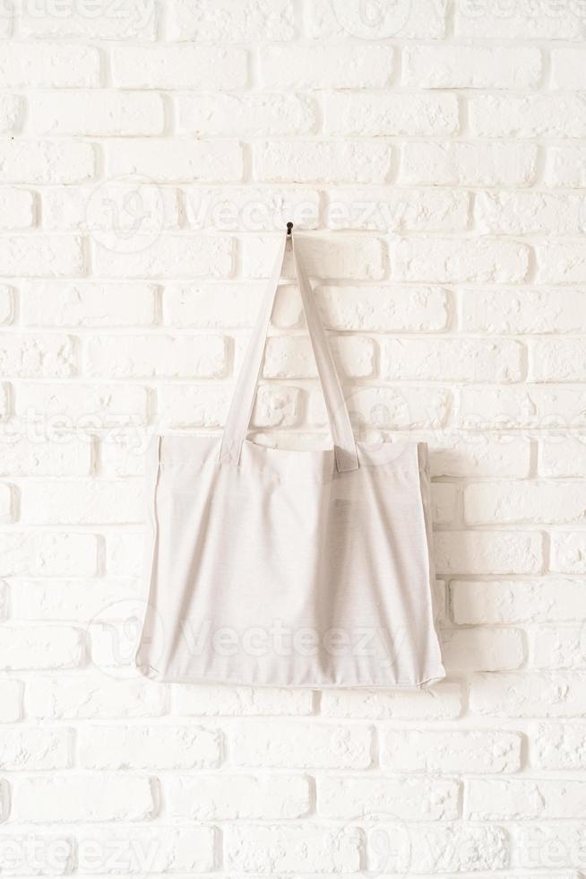 Mock up tote bag tela de algodón blanco eco hipster en pared de ladrillo blanco foto