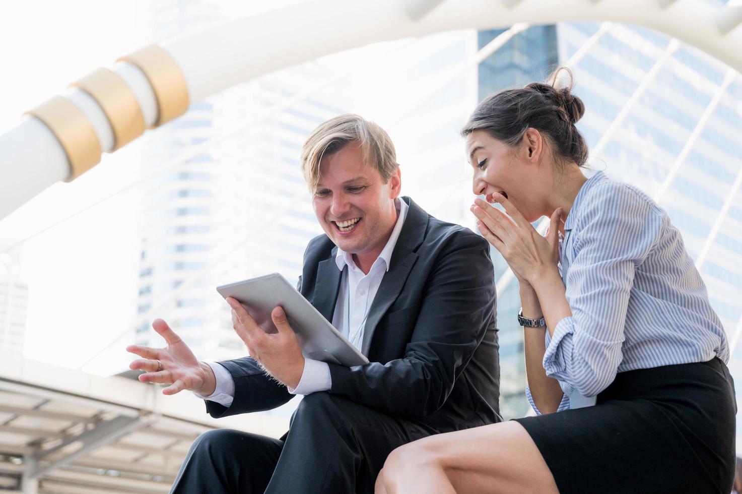 retrato, de, hombre de negocios, y, mujer, mirar, tableta foto