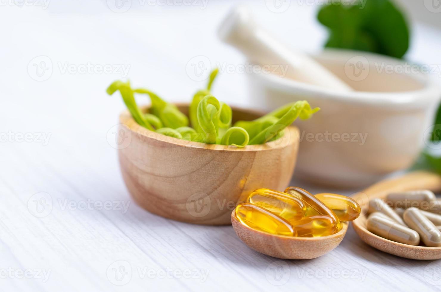 cápsula orgánica de hierbas de medicina alternativa foto