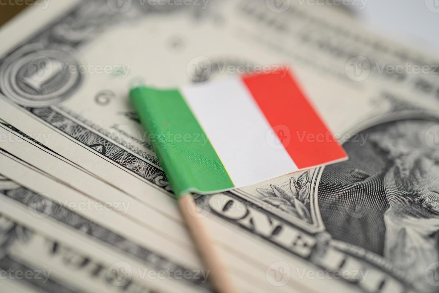 Bandera de Italia en dinero de billetes de dólar estadounidense, concepto de finanzas. foto