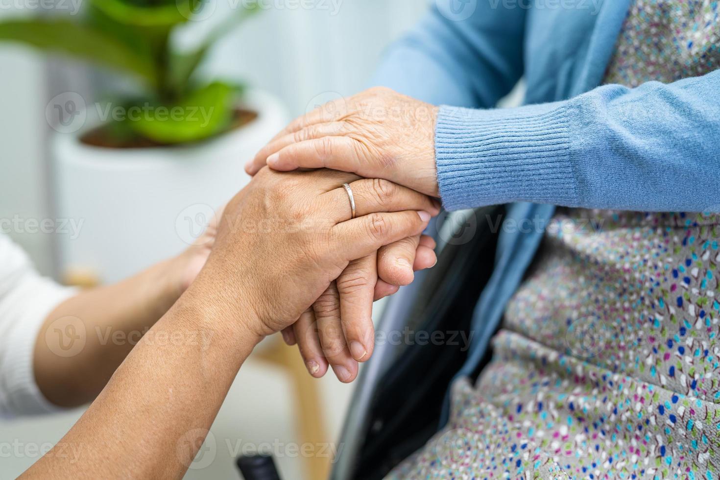 tomados de la mano mujer mayor asiática con amor. foto