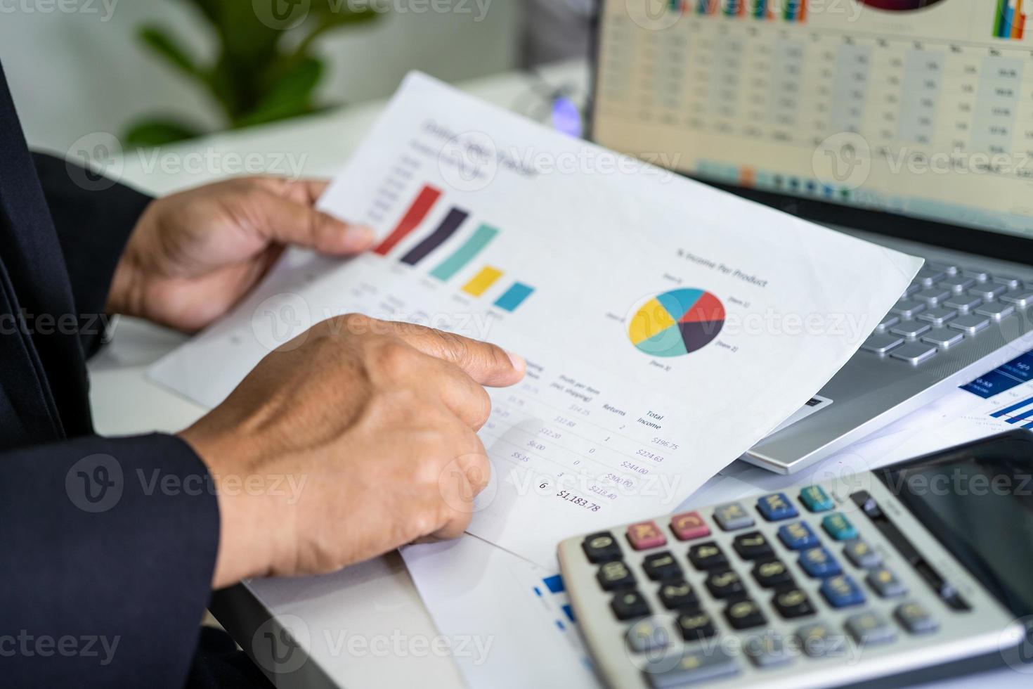 contador que trabaja en informes financieros foto