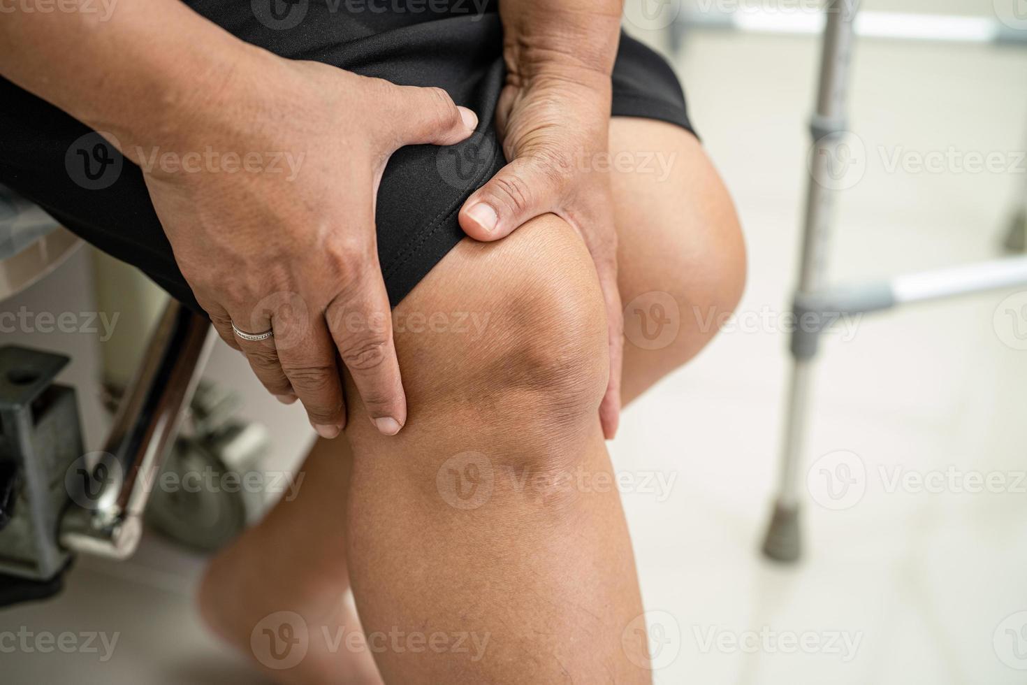 mujer sosteniendo la rodilla en el dolor foto