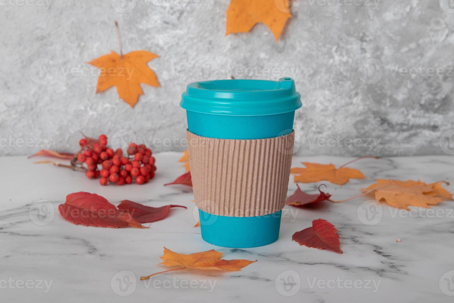 Bodegón de otoño con una taza de café o té para llevar. foto