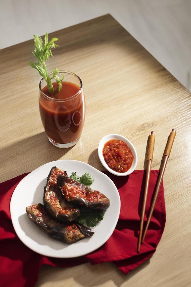 la comida nutritiva con arreglo sambal foto