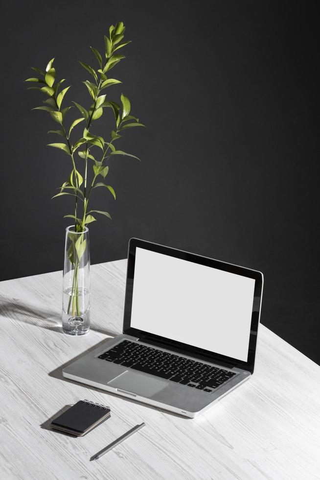 Arreglo de escritorio de alto ángulo con laptop foto