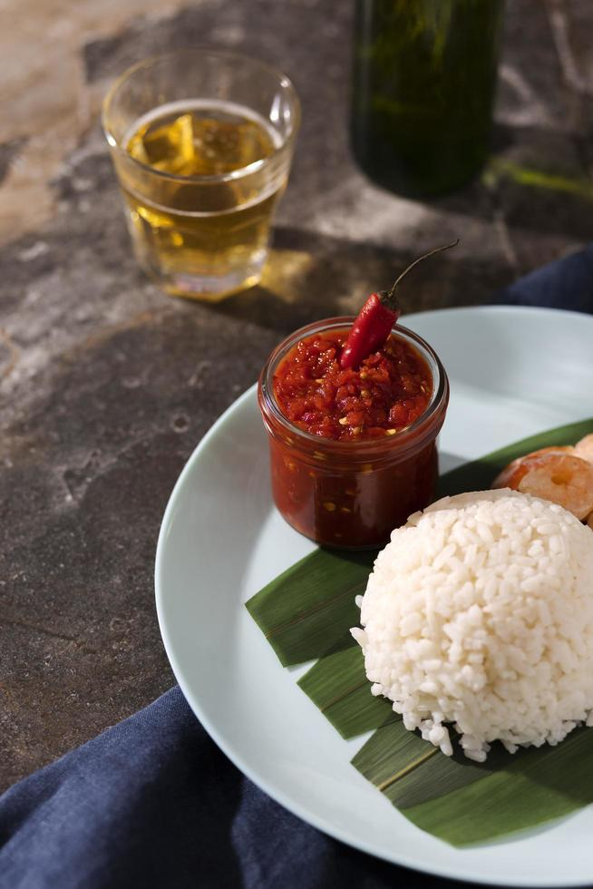 comida sabrosa con arreglo de sambal foto