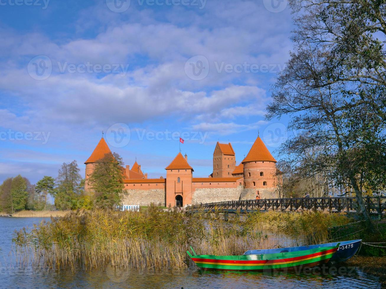 Castillo de Trakai colorido barco puente de madera antes de las puertas, Lituania foto