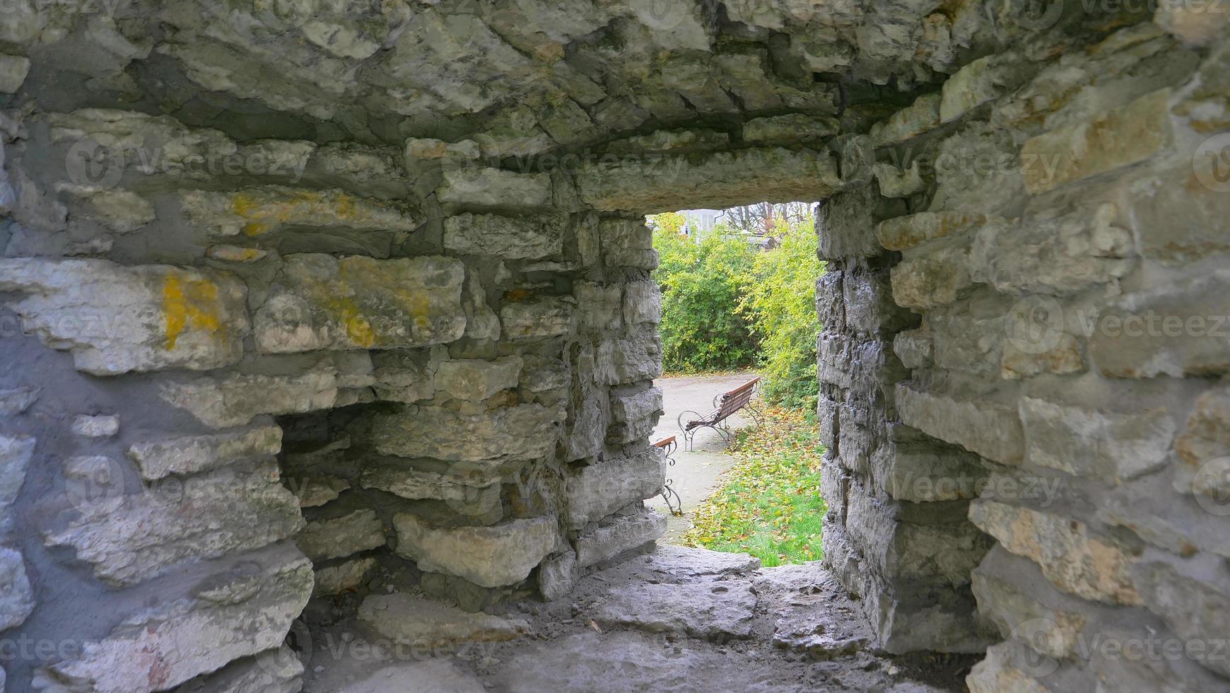 Pared de ladrillos de piedra del centro histórico de la ciudad vieja de Tallin, Estonia foto