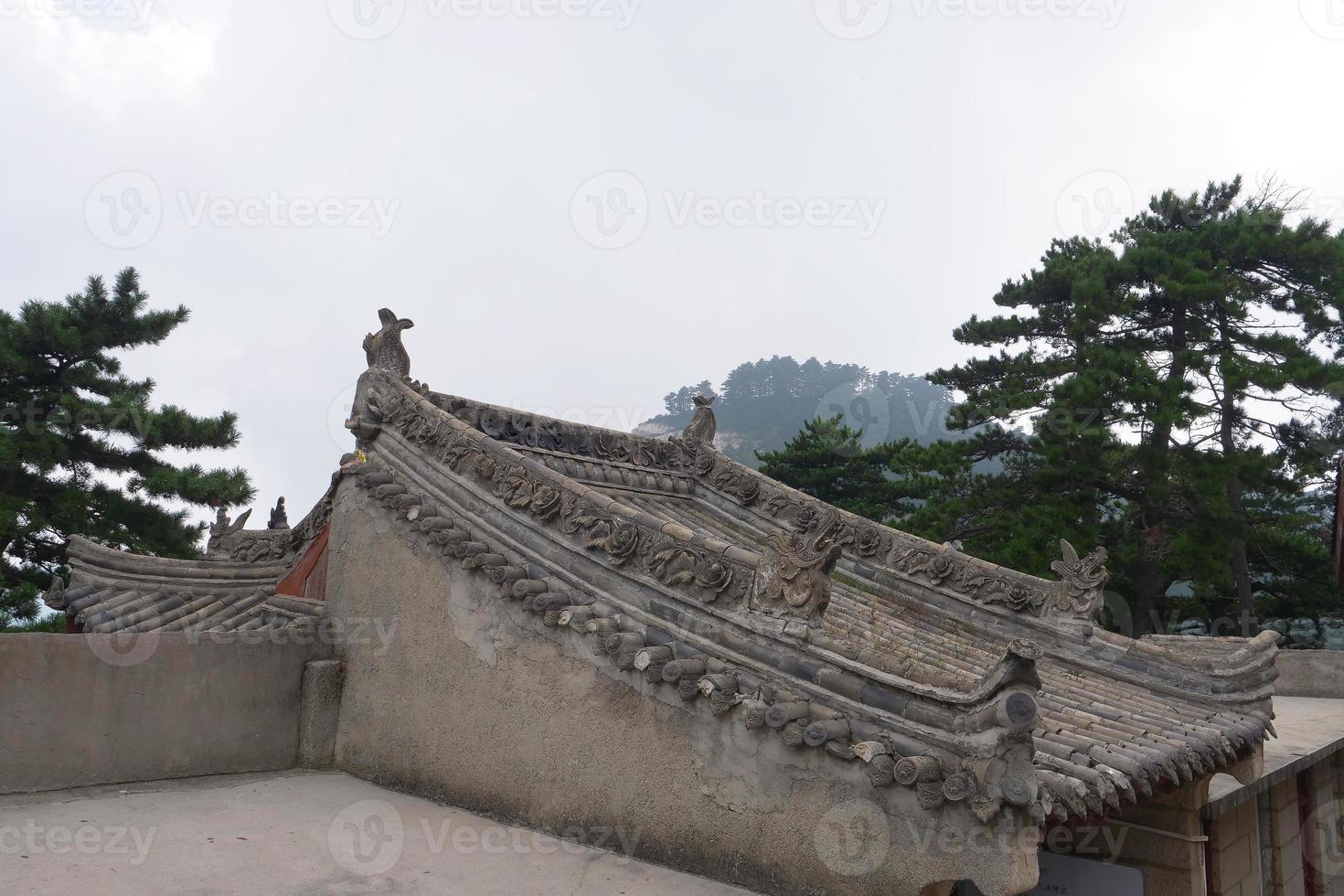 Techo con talla de piedra en la montaña sagrada taoísta monte Huashan China foto