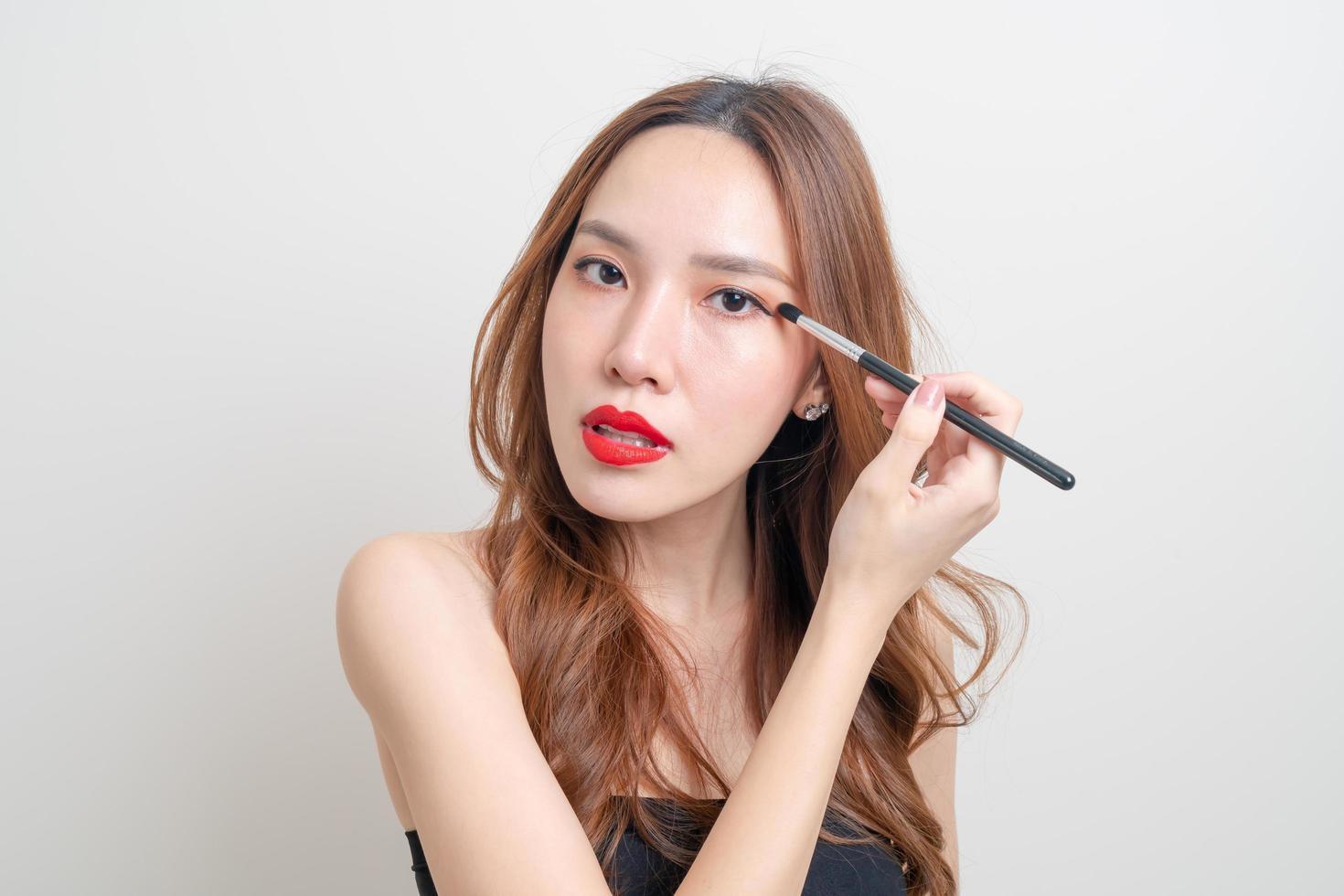 retrato, mujer hermosa, con, maquillaje, cepillo de ojos foto