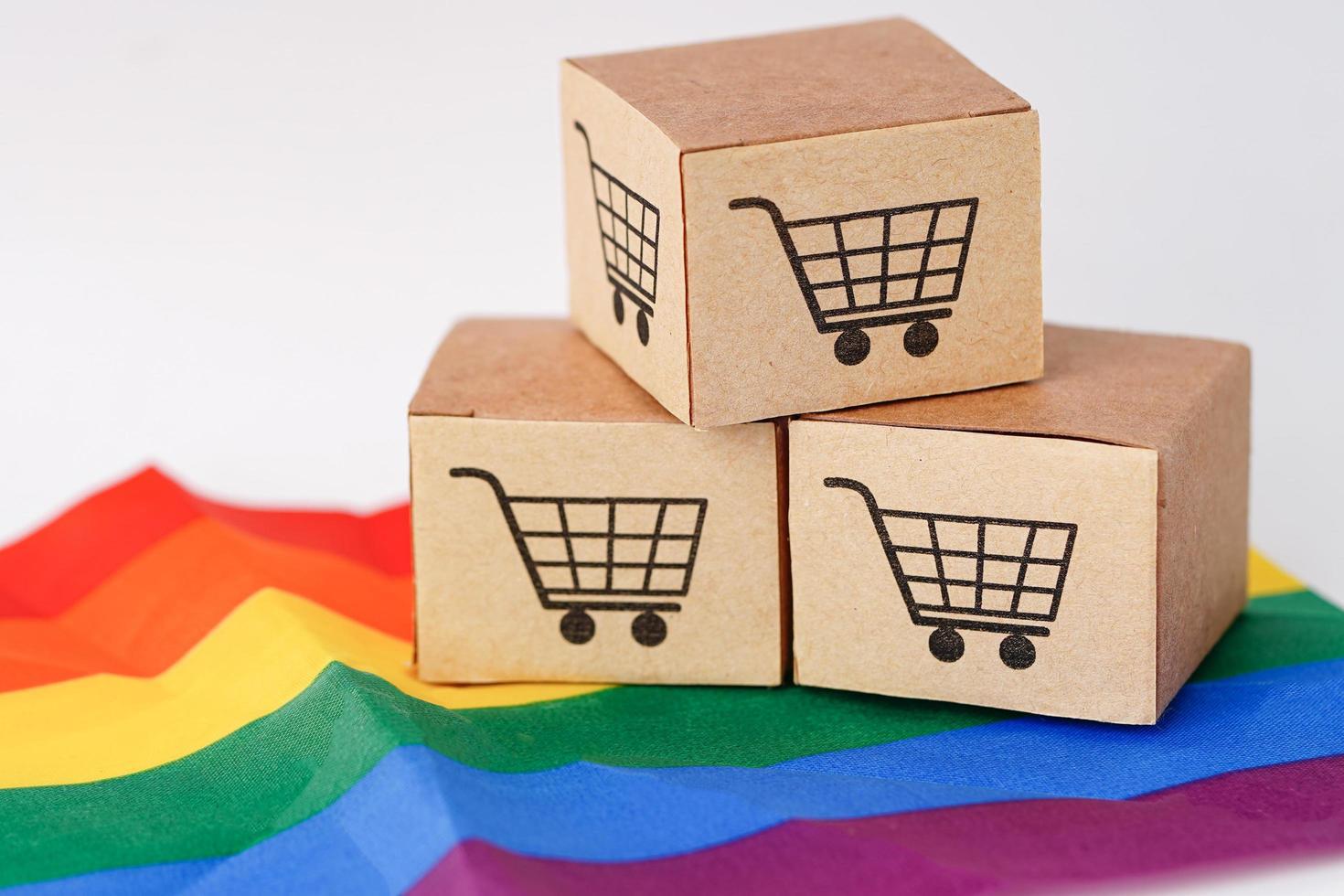 caja de carrito de compras en bandera lgbt, importación y exportación foto